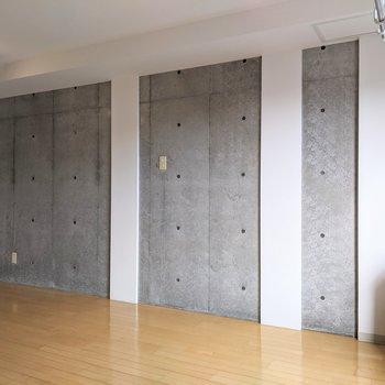 【ダイニング】こちら側の壁もしっかりコンクリート。