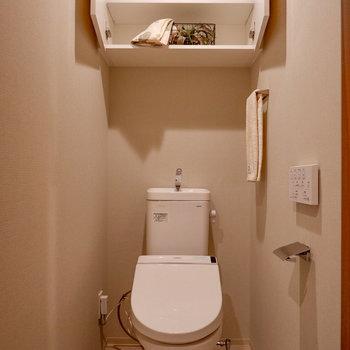 トイレにも足元がスッキリとする棚付き。