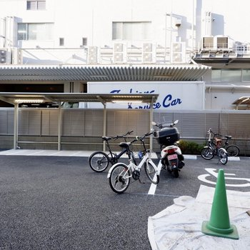 バイク置き場は屋外屋根付です。