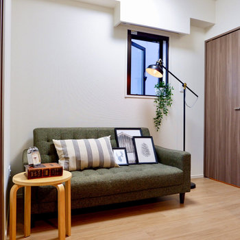 【ベッドルーム】お隣の洋室には小窓が付いています。