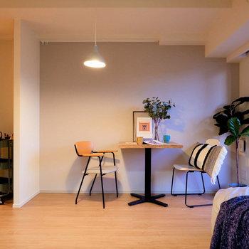 【DK】壁沿いにダイニングテーブルを置くと動線もよさそうです。