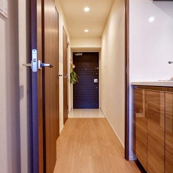 廊下に出ると、まっすぐに玄関まで続いています。