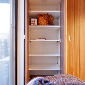 【DK】棚が付いていて、タオルや本などを入れるのに便利。