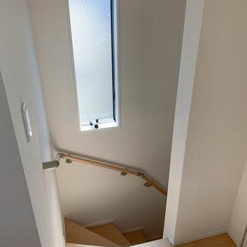 階段にも換気できる窓があります。階段を降りて玄関へ。