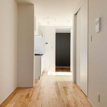 【LDK】奥側から。右の扉はサニタリー、奥にキッチンがあります。