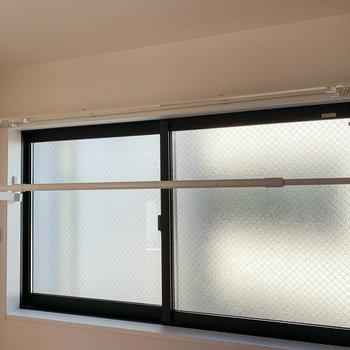 【洋室】洋室の窓の内側に部屋干しの物干し搭載!こちらは陰干し向きかな。