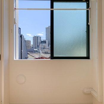 【LDK】キッチンの背後、南向きの窓辺です。