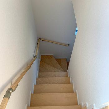 階段を降りてって、