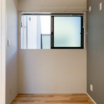 【洋室】こちらの窓は北向きで