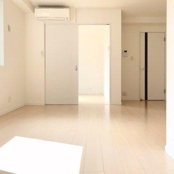 キッチンと反対側に4帖のお部屋(※写真は4階の同間取り別部屋、清掃前のものです)
