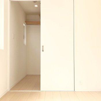 扉の先はウォークインクローゼット?(※写真は4階の同間取り別部屋、清掃前のものです)
