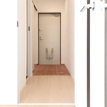 もちろんリビングから玄関も出られます。右にトイレです(※写真は4階の同間取り別部屋、清掃前のものです)