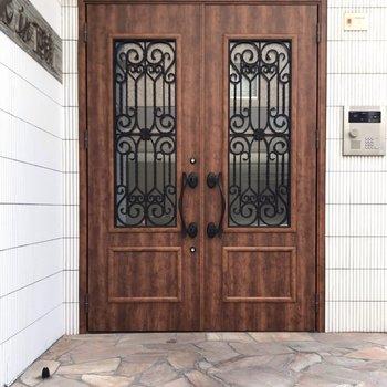 ヨーロピアンな扉が素敵。これでオートロックも付いているんだから!