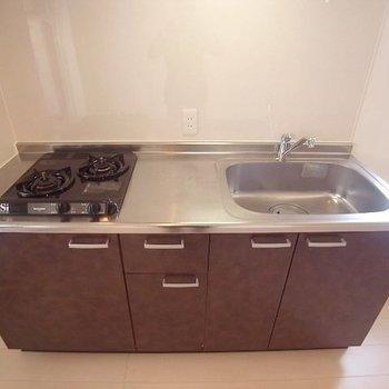 キッチンは2口コンロで効率よくね(※写真は4階の同間取り別部屋、清掃前のものです)