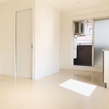 白い扉の先は脱衣所です(※写真は4階の同間取り別部屋、清掃前のものです)