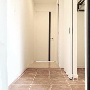 玄関から見た景色。テラコッタカラーが素敵(※写真は4階の同間取り別部屋、清掃前のものです)