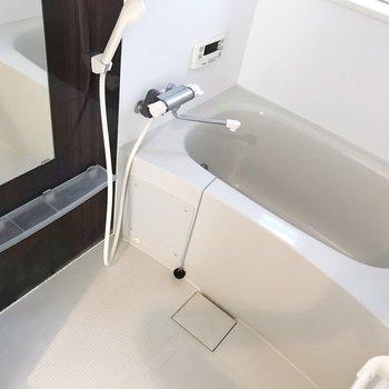 お風呂は窓付き、追い焚き付き(※写真は4階の同間取り別部屋、清掃前のものです)