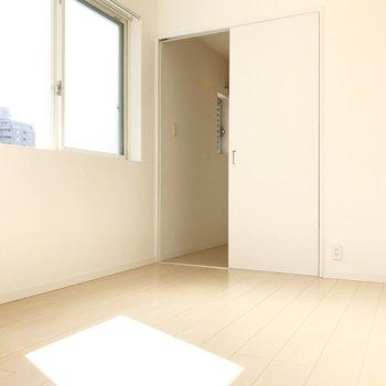 4帖の洋室。こちらにもエアコン付いています(※写真は4階の同間取り別部屋、清掃前のものです)