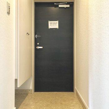 玄関はこちら。シューズBOXの下もスペースがあるんです。(※写真は4階の同間取り別部屋のものです)
