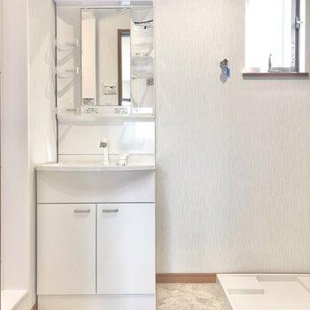 脱衣所には洗面台と洗濯機置き場が並んでセッティング。