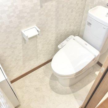 トイレは温水洗浄便座付き。壁には小窓もあるのでしっかり換気ができます。