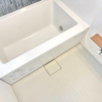 カクッとバスタブは程よいサイズ感。追焚機能+浴室乾燥機付きです。