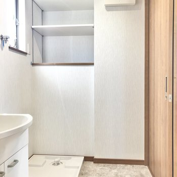 洗濯機の奥、洗剤や柔軟剤の置き場も確保済み。