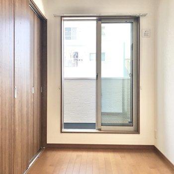 【洋室】3.8帖の空間。家具はベッドとサイドランプくらいがベター。