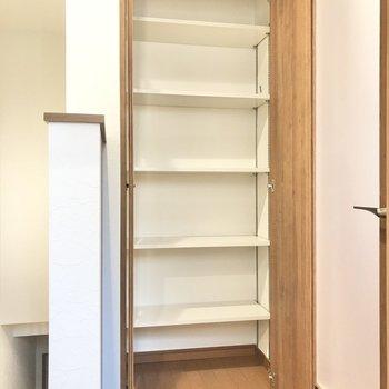 トイレ前、階段そばにも収納を発見!日用品のストック置き場にぴったりかな。