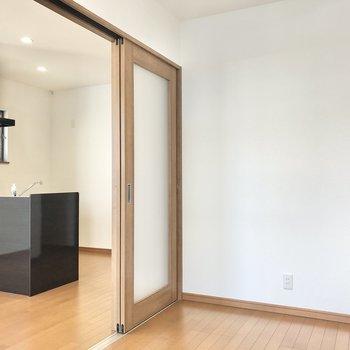 【洋室】仕切り扉はやや透け感のあるつくり。圧迫感なく過ごせますよ。