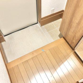 玄関はコンパクト。右奥には傘立てを置くのはどうでしょう?