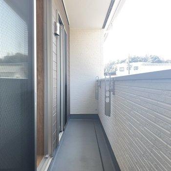 バルコニーは【リビング】と【洋室】2部屋分の長さ。