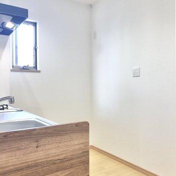 背後にはゆとりがあるので、冷蔵庫や調理家電はここへ。(※写真は1階の同間取り別部屋のものです)