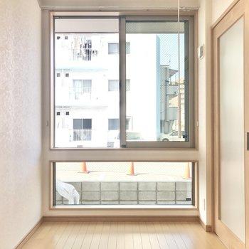 【洋室】ここは4.3帖。大きな窓で開放感たっぷり〜。(※写真は1階の同間取り別部屋のものです)