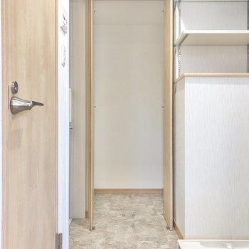 脱衣所の左手にはトイレ、奥にお風呂、正面には収納すペースがあります。(※写真は1階の同間取り別部屋のものです)