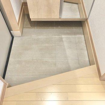 斜めカットの玄関には夫婦の靴を1組ずつ。(※写真は1階の同間取り別部屋のものです)