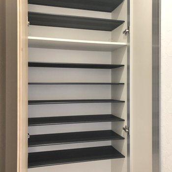 シューズBOXの棚は高さ調節が可能なの。(※写真は1階の同間取り別部屋のものです)