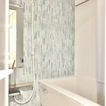 お風呂はブルーのタイルが印象的。爽やかな空間で疲れを癒やしましょ◯(※写真は1階の同間取り別部屋のものです)