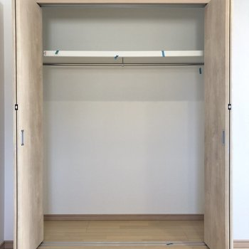 【洋室】たっぷり入る頼もしいクローゼットは2人分の洋服も入る大きさ。(※写真は1階の同間取り別部屋のものです)