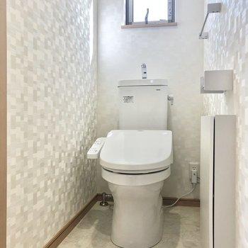 トイレは温水洗浄便座付き。壁には小窓もあるのでしっかり換気ができます。(※写真は1階の同間取り別部屋のものです)