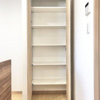 キッチン横の収納はストック品を詰め込みましょうか◯(※写真は1階の同間取り別部屋のものです)