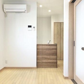 【リビング】エアコン付きなので初期費用も抑えられますね。(※写真は1階の同間取り別部屋のものです)