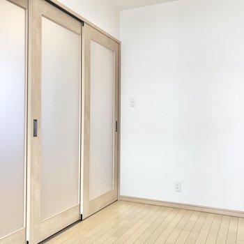 【洋室】コンセントは逆サイドの壁に発見。となると枕はこちら側かな。(※写真は1階の同間取り別部屋のものです)