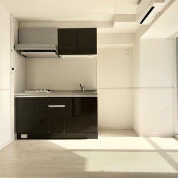 キッチンの色がいいアクセント。隣には冷蔵庫が置けますよ(※写真は6階の同間取り別部屋のものです)