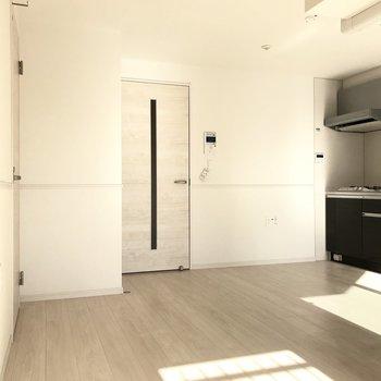 まっさらとしたシンプルなお部屋(※写真は6階の同間取り別部屋のものです)