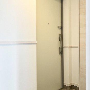 スクエアな玄関はダブルロックでさらに安心(※写真は6階の同間取り別部屋のものです)