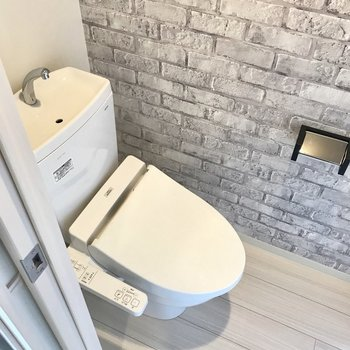 トイレもお洒落。上には棚もありますよ(※写真は6階の同間取り別部屋のものです)