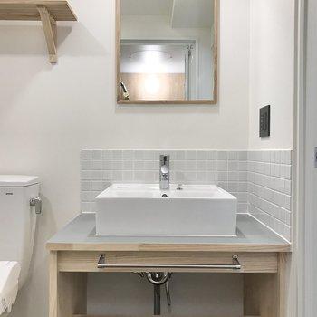 木とタイルで彩られた洗面台。かわいい。※写真は7階の似た間取り、別部屋のもの