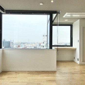 大きな窓から遠くまで景色が見渡せます。※写真は7階の似た間取り、別部屋のもの