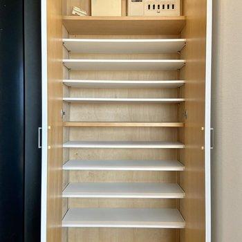 靴箱は天井までたっぷり、大容量です。